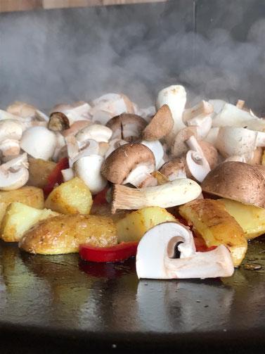 Leckere Kartoffel Gemüse Pfanne auf einer Murika in der Outdoorküche