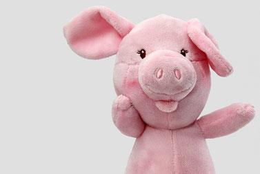 カッティングボードに盛りつけられたカスタードとチョコレートのシュークリーム。コーヒーの入ったマグカップ。