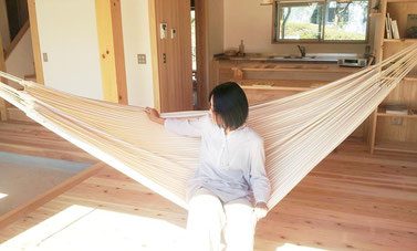 ③ ハンモックの中心にゆっくりと腰を下ろす。