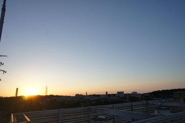 今日の屋上からの景色。この夕日は万国共通です。世界の平和をお祈りします