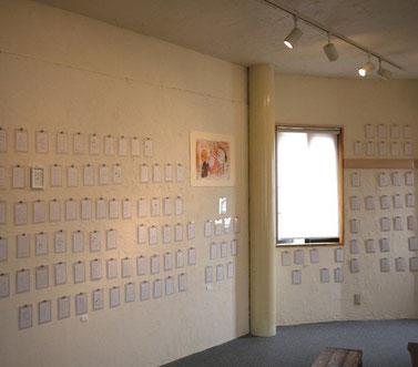 湯泉さちこさんの紙ナプキン画が、壁一面に展示されています。