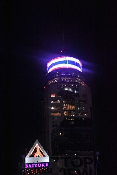 Bayoke Sky Tower: Das höchste Gebäude Bangkoks mit illuminierter Thaiflagge