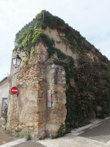 En 1629 lorsque Louis XIII fait démanteler les villes protestantes, Sorèze ne conserve qu'une faible partie de ses remparts et deux de ses portes, dont la porte de Castres. Ici, les vestiges de la porte Malmagrade. Crédit photo : Couleur Média