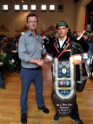 Kranzgewinner Christian Gisler (Uri) mit der vom OK-Präsidenten gespendeten Treichel