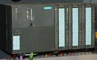 西門子的Simatic S7-300,在自動化的工廠內,隨手打開一個電箱,十個有九個都見到此PLC的身影(WikiCommons: Ulli1105, CC BY-SA 2.5)