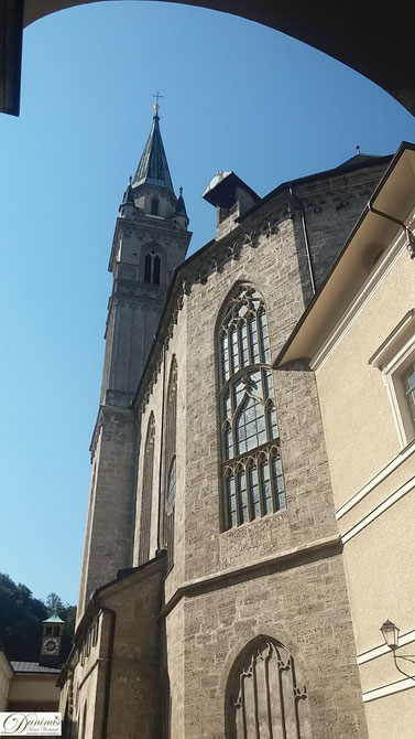 Salzburg Franziskanerkirche. Das dunkle Langhaus, in romanischem Stil, ist eines der ältesten Baudenkmäler der Stadt Salzburg.