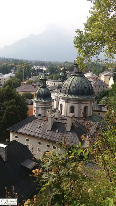 Auf dem Weg zu Stift Nonnberg: Bezaubernder Blick vom Erhardgässchen über Salzburg Süd.