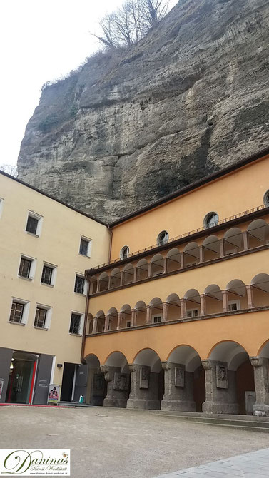 Salzburg, das Bürgerspital ist direkt in die Felswand des Mönchsbergs gebaut.