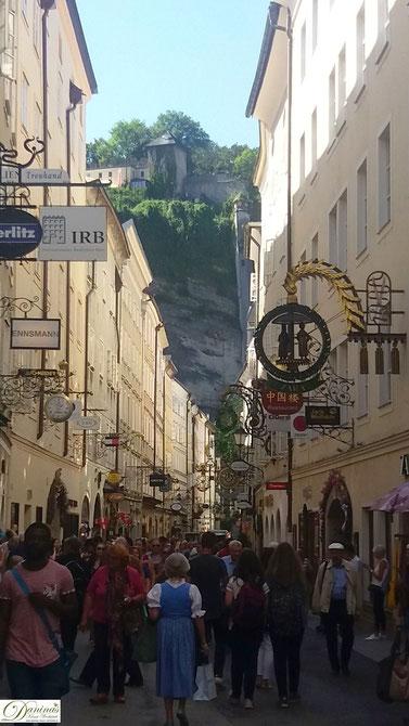 Salzburg Getreidegasse, die meistbesuchte Einkaufs- und Flaniermeilen der Stadt.