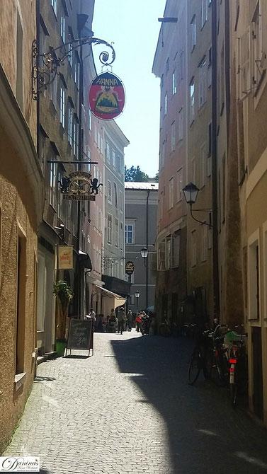 Die Goldgasse in Salzburg verbindet die Getreidegasse mit dem Residenzplatz