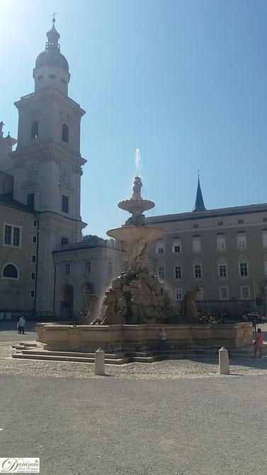 Salzburg Residenzbrunnen am Residenzplatz, im Hintergrund Salzburger Dom und Alte Residenz