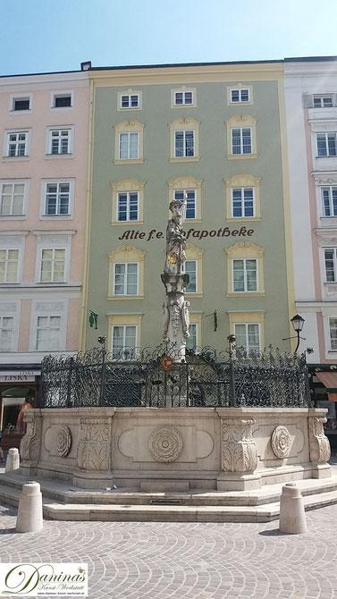 Salzburg, Florianibrunnen am Alten Markt und fürsterzbischöfliche Hofapotheke