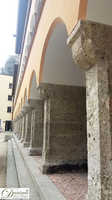 Salzburg, der schöne und besonder großen Arkadenhof des Bürgerspitals