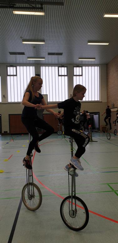 Miriam & Marie als (Geschwister-) Team auf dem Hochrad.