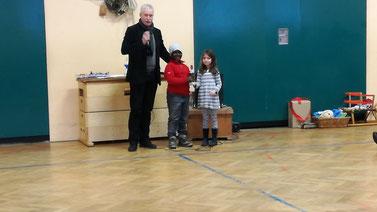 Klasse 1a: Sieger beim Nikolausturnier. Shanaya und Ugonna nehmen stolz den Pokal entgegen.