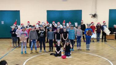 """Mäusealarm in der Schule. """"2 Weihnachtsmäuse"""" werden von den Kindern aus den Klassen 4a und 4b (Frau Holtmann/Frau Bendler) vorgetragen."""