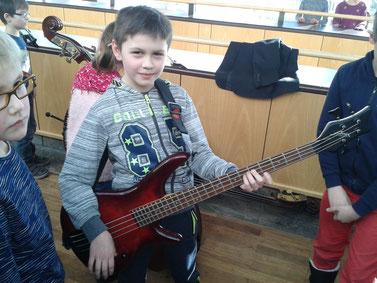 """""""Kuba"""" träumt bereits von seiner Karriere. Die Kinder hatten die Möglichkeit, nach dem Konzert Musikinstrumente auszuprobieren."""