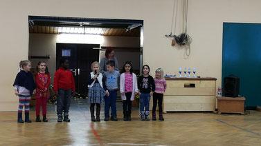 """Die Klasse 1a (Frau Böhnke) trug das """"Weihnachtslied vom Eselchen"""" vor."""