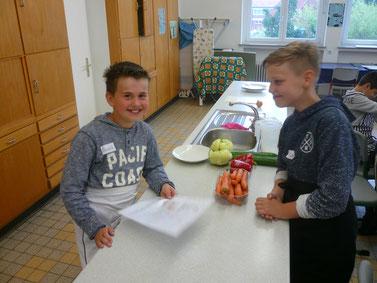 Heinrich & Lasse bei der (Küchen-) Arbeit - es scheint beiden Spaß zu machen.