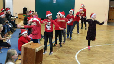 """Weihnachtsfitness"" als vorbeugende Maßnahme mit der Klasse 2b (Frau Klette)."
