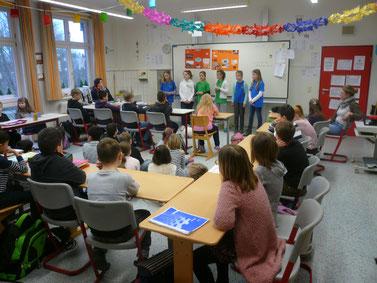 """""""Schulbotschafter"""" der IGS bei uns in der Schule. Sie haben offiziell von ihrer Schule berichtet und den 4.-Klässlern Fragen beantwortet."""