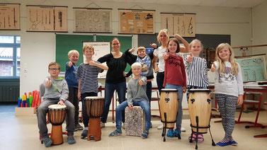 Die neuen Instrumente sind da. Die Kinder sowie Frau Lechnauer und Frau Holtmann sind begeistert.