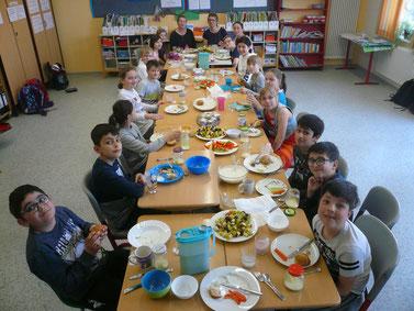 Der Höhepunkt des Vormittags in der Klasse 4b: Das gemeinsam zubereitete Essen wird in der Gemeinschaft genossen.