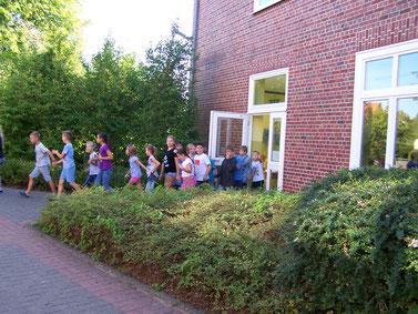 Alle Klassen verlassen geordnet und nach Plan das Schulgebäude.