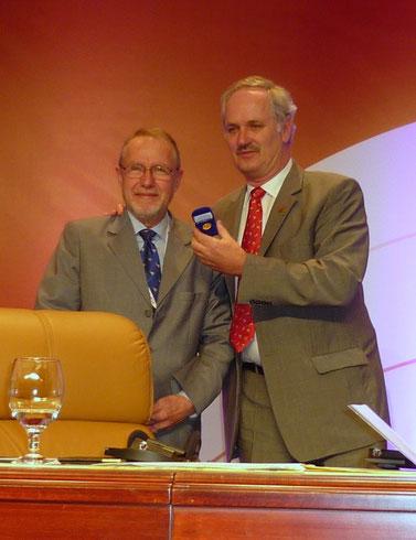 An der 15. CITES Vertragsstaatenkonferenz 2010 in Doha erhalte ich vom CITES Generalsekretär Willem Wjinstekers das goldene CITES Abzeichen für meine 8-jährige Präsidentschaft des CITES Animals Committees.