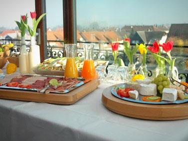 Ausschnitt Frühstücksbüffet, regionale Spezialitäten, frische Säfte, Tulpendeco