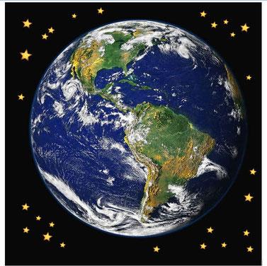 Dans la Bible, les anges sont à plusieurs reprises représentés symboliquement par des étoiles. Les anges ont été créés bien avant les humains. En effet, dans le livre de Job, nous voyons les anges éclater en cris de joie lors de la création de la terre.