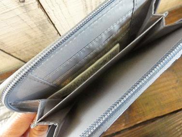 中は仕切りがあってカードポケットもあります。