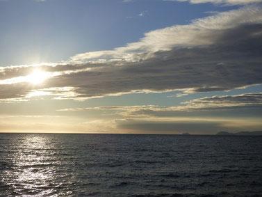 空と雲と夕日になる前の太陽!色がキレイです。