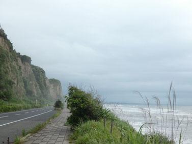 梅雨特有の江口浜。一帯が潮が舞って霞んでいます。
