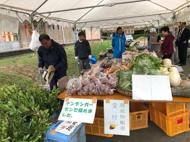 私達は地元の野菜や蓬莱館の総菜の販売のお手伝い。