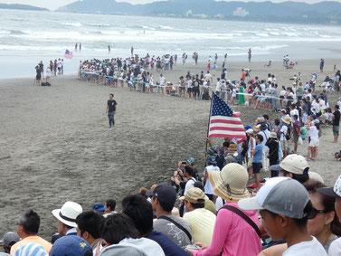 どんどん人はビーチにも溢れてきています。