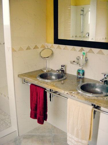 Bad mit Doppelwaschbecken | Geparden Zimmer