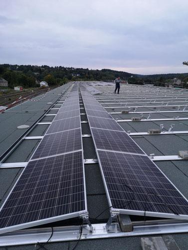 Erweiterung einer bestehenden Photovoltaikanlage auf einem großen Industriedach fuer die Produktion