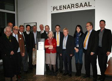 Die IHK-Spitze (Bildmitte) empfängt die FDP-Delegation im IHK-Plenarsaal am Waldthausenpark.