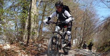 schwieriges Terrain auf dem e-MTB bewältigen lernen Sie im Techniktraining der e-motion e-Bike Welt München West