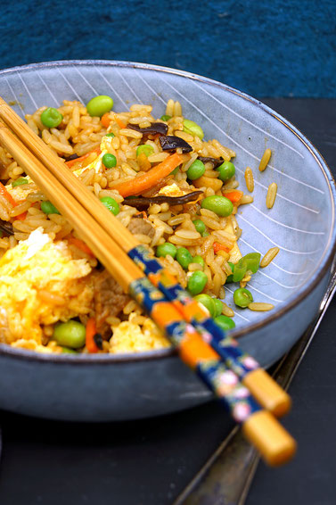 gebratener Reis mit viel Gemüse, Eiern und Rindfleisch