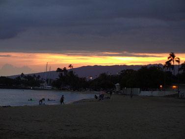 アラモワナビーチ 日暮れ