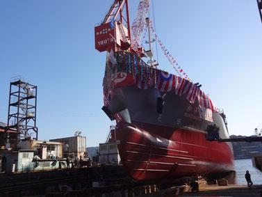 進水式は、造船台で組み立てられた新造船舶を初めて水に触れさせる儀式のこと。