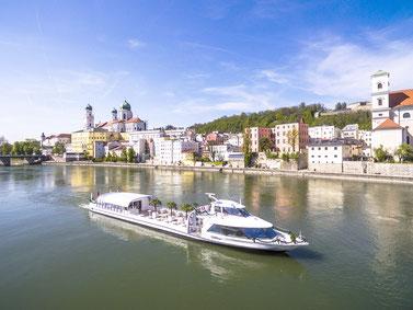 Cabrioschiff SUNliner offen vor Passauer Dom, Foto: Studio Weichselbaumer