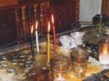 Sjamanistisch opgestelde kaarsjes in de San-Christobal