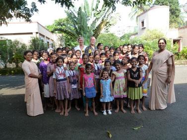 Marianne und Klaus Weide mit Schülerinnen und Schwestern des Waisenhauses Ma Niketan