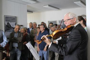Friedrich Holze spielt Violine – und die zahlreichen Besucher sind quasi ein Teil der Inszenierung, die mitten unter ihnen stattfindet.