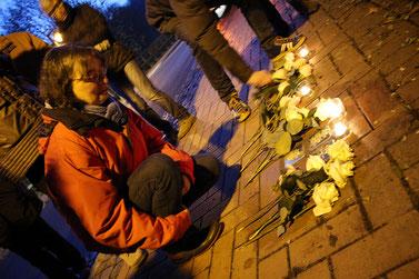 """Blumen hat Hilde Winkelmann im November 2019 zur Verlegung eines Stolpersteins in Bad Rehburg mitgebracht – für Erich Busack, ein Opfer der NS-""""Euthanasie""""."""
