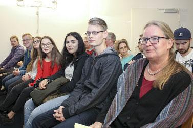 Gespannte Erwartung war den Gesichtern der Wilhelm-Busch-Schüler und Schulleiterin Christiane Henne zu Beginn der Preisverleihung noch abzulesen.