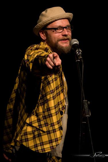 Moderation auf höchstem Niveau mit schrillen Outfits: Michael Jakob (Zirndorf) leitet den Neumarkter Poetry Slam, Foto: Andi Pontanus